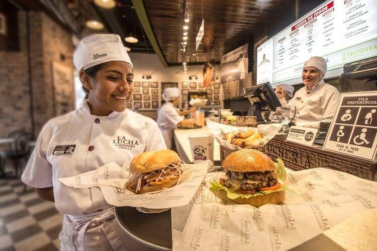 La Lucha Sanguchería, ubicada en Lima, Perú, es una cadena de hamburgueserías peruana que sirve una gran hamburguesa con doble queso (La Lucha Sanguchería)