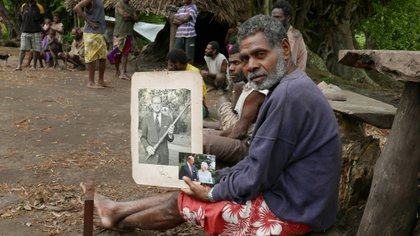 El jefe de la aldea Jack Malia, de la isla de Tanna, sostiene fotos del príncipe Felipe y la reina Isabel. Foto tomada el 6 de mayo de 2017. REUTERS/Jill Gralow