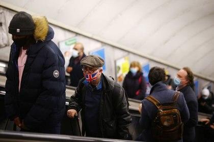 Imagen de archivo de varias personas con mascarilla en el metro de Londres, Reino Unido. 15 diciembre 2020.  REUTERS/Henry Nicholls