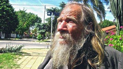 Podría llamarse Vicente, dice que tiene 86 años, y los vecinos de zona Norte crecieron viendolo pasear por sus calles