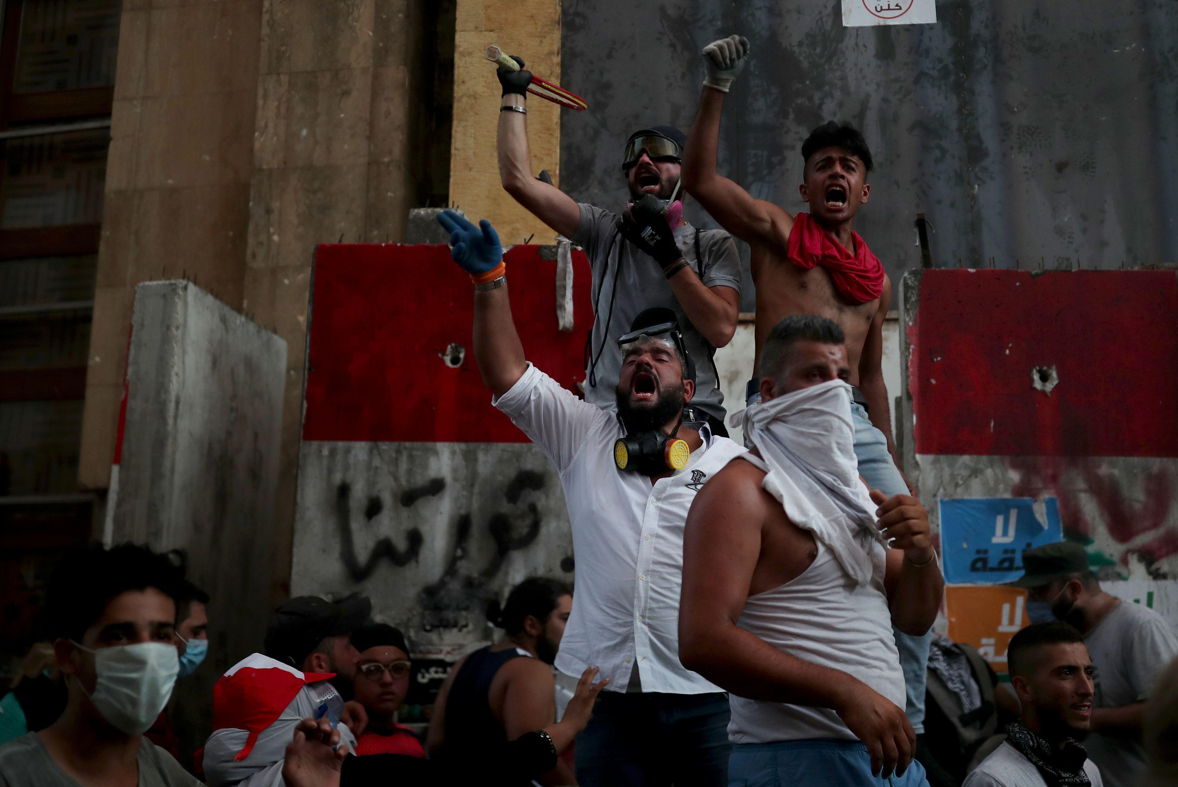 Los manifestantes participan en protestas contra el gobierno que han sido provocadas por una explosión masiva en Beirut, Líbano. REUTERS/Alkis Konstantinidis