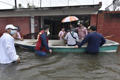 NACAJUCA 02/10/2020.- Habitantes fueron evacuados este viernes debido a las constantes lluvias que han originado el frente frio número 4, en el poblado de Nacajuca, TabascoFoto: EFE/Jaime Ávalos