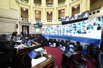 Foto: Cristia Kirchner encabeza una sesión en la Cámara alta (Foto: Luciano Ingaramo /Comunicación del Senado)