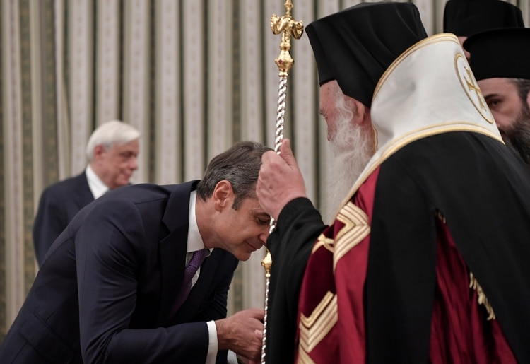 Mitsotakis juró frente al arzobispo de Atenas, Jerónimo II, restaurando una tradición abandonada por Syriza (AFP)