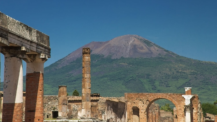 Las ruinas de Pompeya y el volcán Vesuvio (iStock)