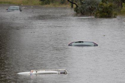 Vehiculos bajo el agua en Londonderry. (AP Photo/Mark Baker)