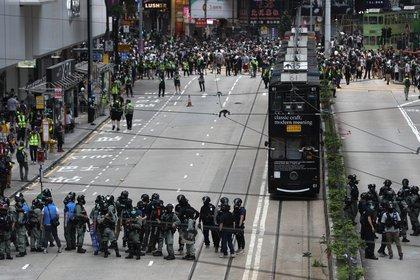 Manifestantes pro democracia se enfrentan a la policía de Hong Kong durante una protesta el 24 de mayo 2020 (EFE/EPA/JEROME FAVRE)