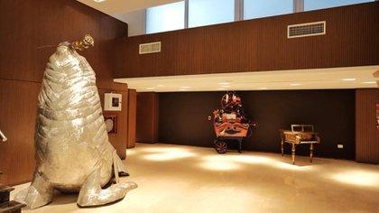 """El """"Lobo marino"""", obra de Juan Carlos Pallarols en el foyer del teatro"""