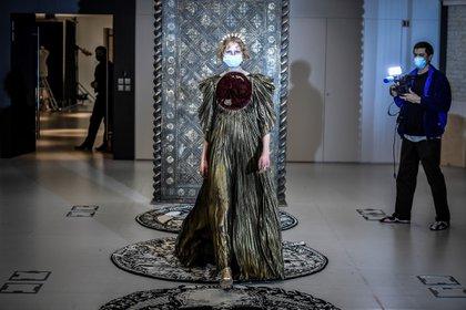 Christian Dior presentó de manera online su colección de alta costura en París inspirada en cartas de tarot (Photo by STEPHANE DE SAKUTIN / AFP)