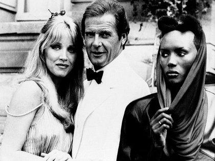 Tanya Roberts junto a Roger Moore y Grace Janes (AP)