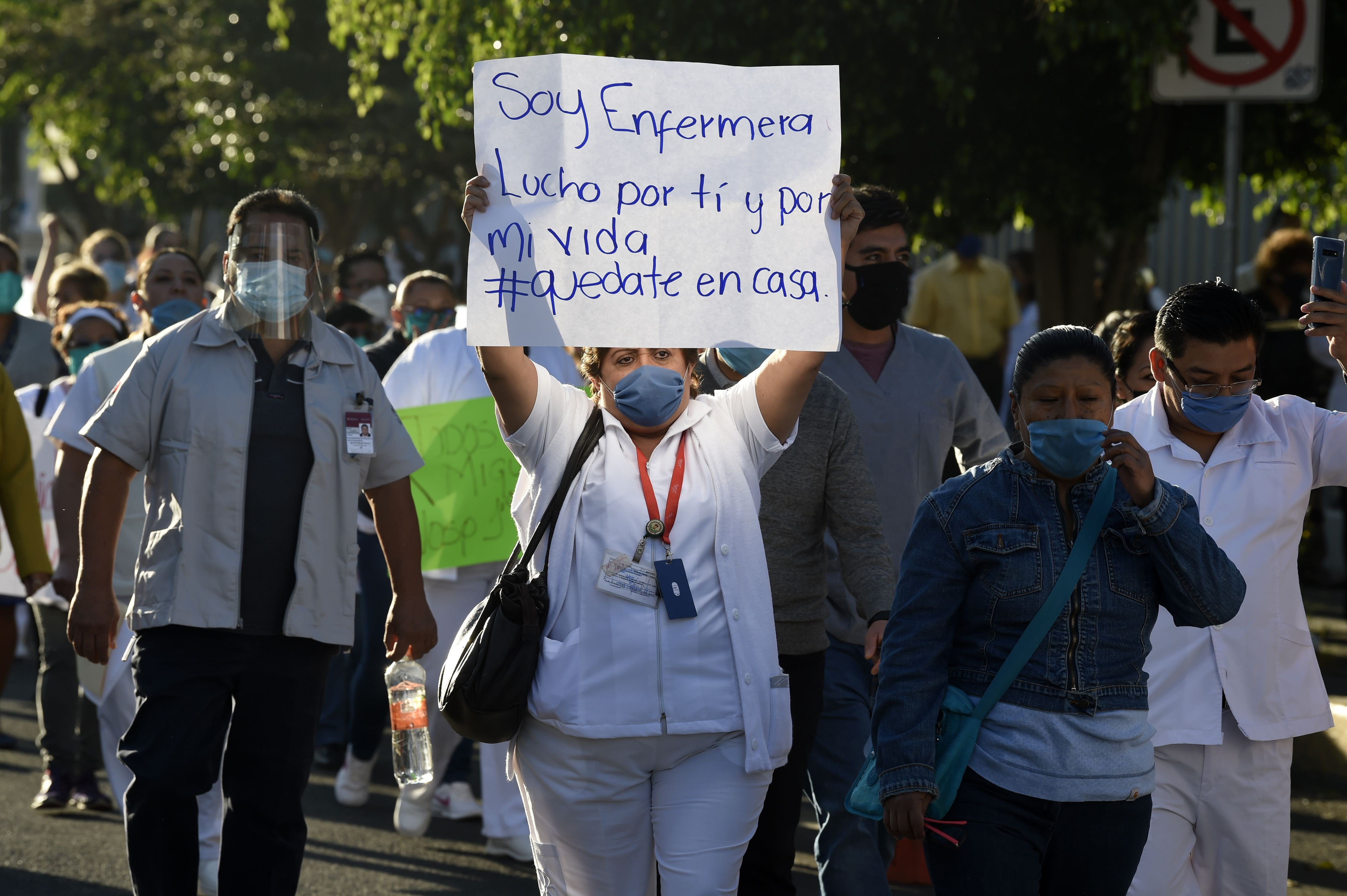 Trabajadores de la salud protestan en la Ciudad de México demandando material médico para poder tratar a pacientes con COVID-19 (Foto: Alfredo Estrella/AFP)