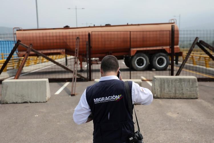 Un camión cisterna bloquea el paso fronterizo entre Colombia y Venezuela, por donde deberá transitar la ayuda humanitaria(REUTERS/Luisa Gonzalez)