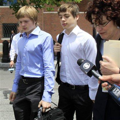 Alex y Tim Heathfield, asediados por la prensa tras el arresto de sus padres (2010)