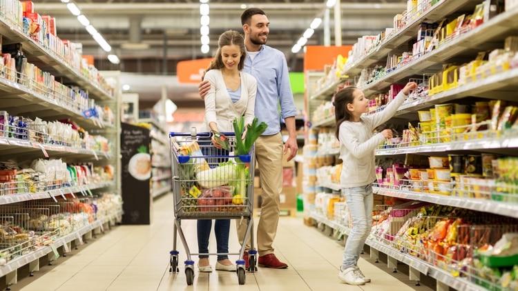 Entre los grandes faltantes, los especialistas marcan el aceite de oliva, las verduras, frutas, más cortes de carne fresca, pescado fresco, legumbres y frutos secos (Shutterstock)