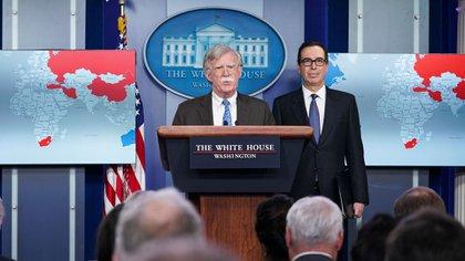 El asesor de Seguridad Nacional de la Casa Blanca, John Bolton, y Steven Mnuchin, secretario del Tesoro (AFP)