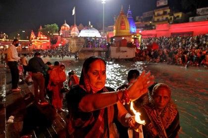 Durante la noche acontecen otros eventos y rezos multitudinarios.