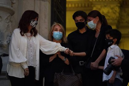 El domingo 14 Cristina Kirchner recibió a Zulemita Menem y su familia en el velorio de su padre (Franco Fafasuli)