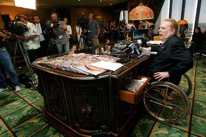 Flynt quedó en silla de ruedas tras un intento de asesinato en 1987  (Reuters/ Gus Ruelas)
