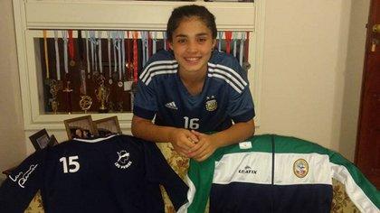 Chiara Singarella, la joven de 14 años que juega para la Selección argentina de fútbol y handball (Gentileza: Claudia Sacaba Ahumada)