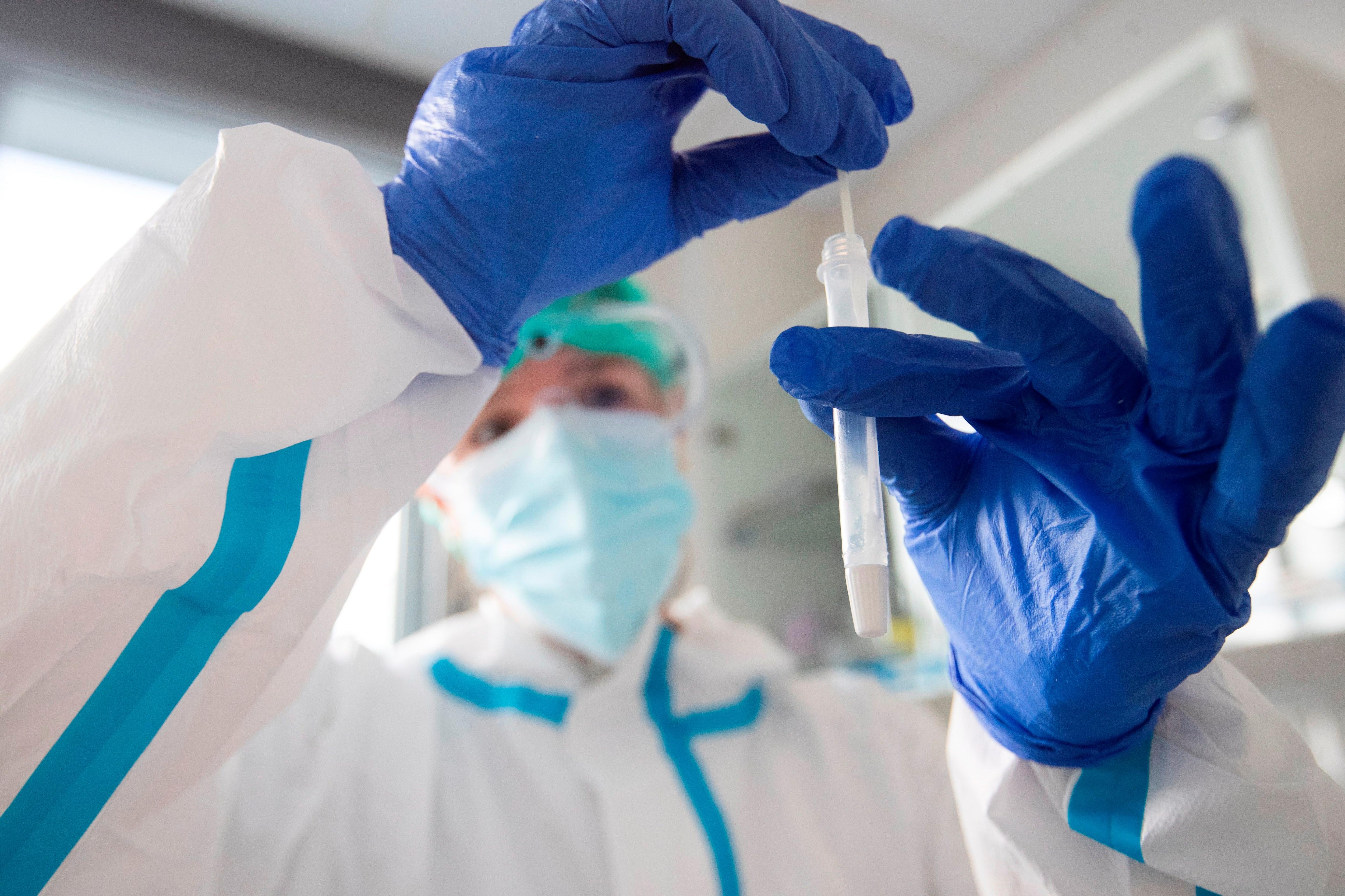 Una sanitaria realiza una prueba de antígenos. (EFE/Marta Pérez/Archivo)