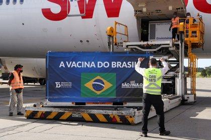 """Un contenedor refrigerado con las vacunas Sinovac de China contra la enfermedad coronavirus (COVID-19) llegó al Aeropuerto Internacional de Sao Paulo en Guarulhos, Brasil, el 30 de diciembre de 2020. La pancarta dice """"La vacuna de Brasil"""". REUTERS/Amanda Perobelli"""