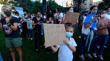 Decenas de personas se juntaron frente al Palacio Pizzurno para protestar por la vuelta a las clases virtuales durante 15 días (Nicolás Stulberg)