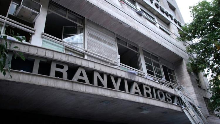 La interna sindical estalló después de que Roberto Fernández repudiara el paro y las medidas de fuerza de un sector del gremio