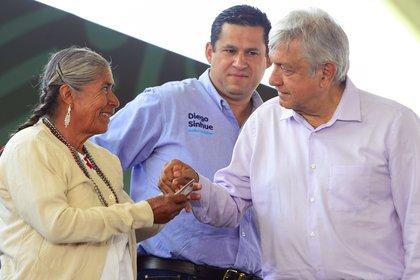 Andrés Manuel López Obrador, Presidente de México en gira por Guanajuato, entregó apoyos de los Programas integrales de Bienestar. Estuvo acompañado por la Secretaria de Bienestar, María Luis Albores González y por el Gobernador de la entidad, Diego Sinhue Rodríguez Vallejo Foto: Presidencia