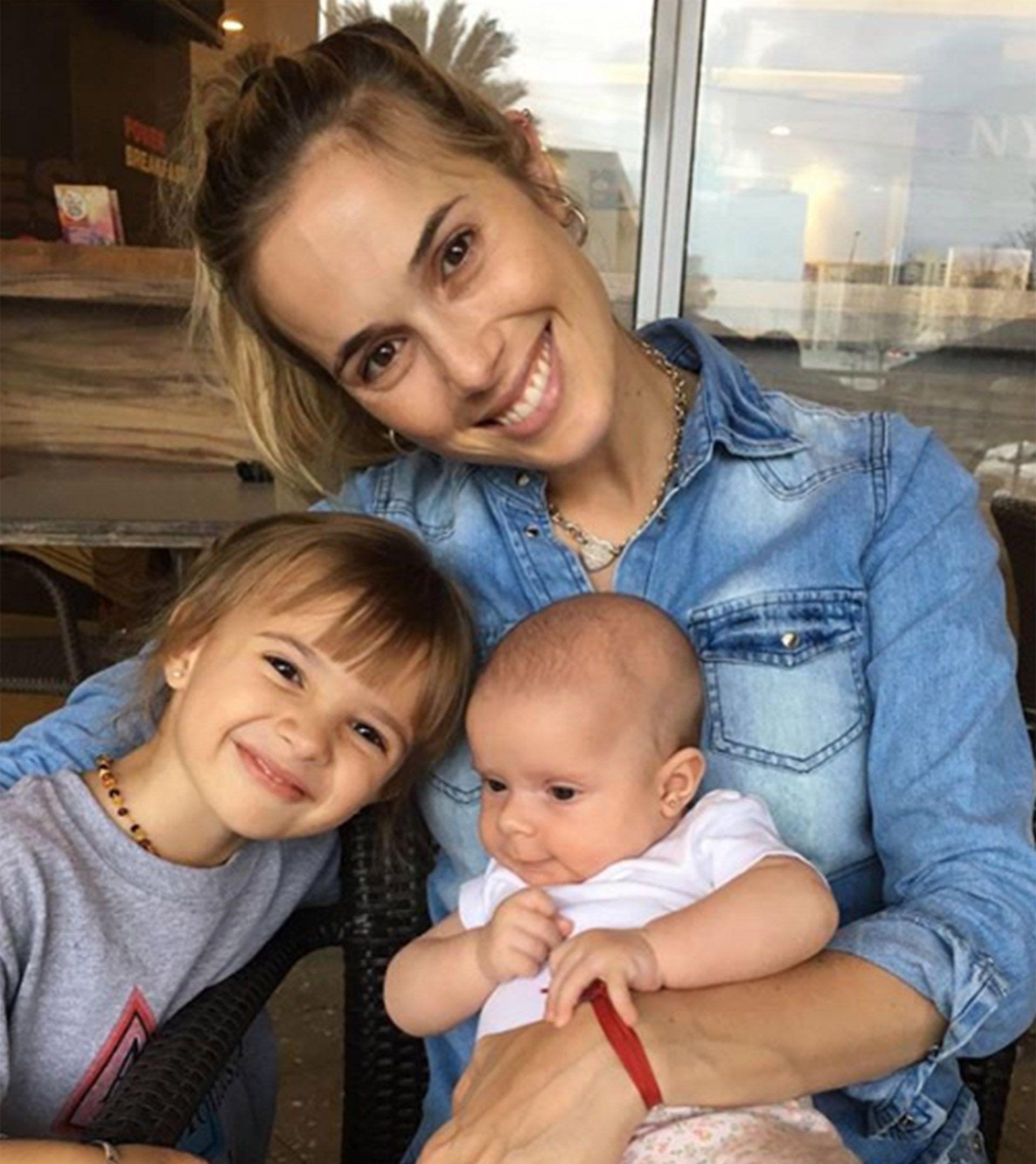Chechu Bonelli con sus hijas, Lupe y Carmela