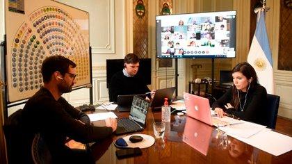 Manuel Cotado, director de Modernización; Juan Manuel Cheppi, secretario general de la Cámara; y Daniela Vilar, presidenta de la comisión de Modernización