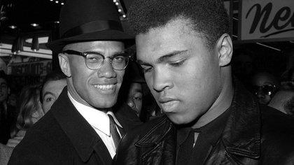 El campeón  Mundial de peso pesado de boxeo, Muhammad Ali junto al líder musulmán, Malcolm X. AP