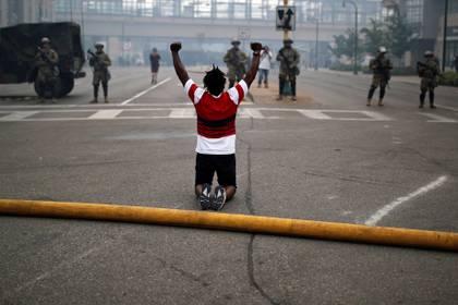 Un manifestante enfrenta a la Guardia Nacional durante las protestas por la muerte de George Floyd (REUTERS/Carlos Barria)