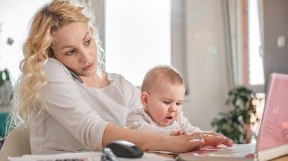La demanda del bebé hacia la mamá durante los primeros meses es total (iStock)