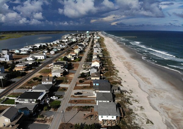 En Topsail Beach, Carolina del Norte, se emitió una orden de evacuación obligatoria (Mark Wilson/Getty Images/AFP)