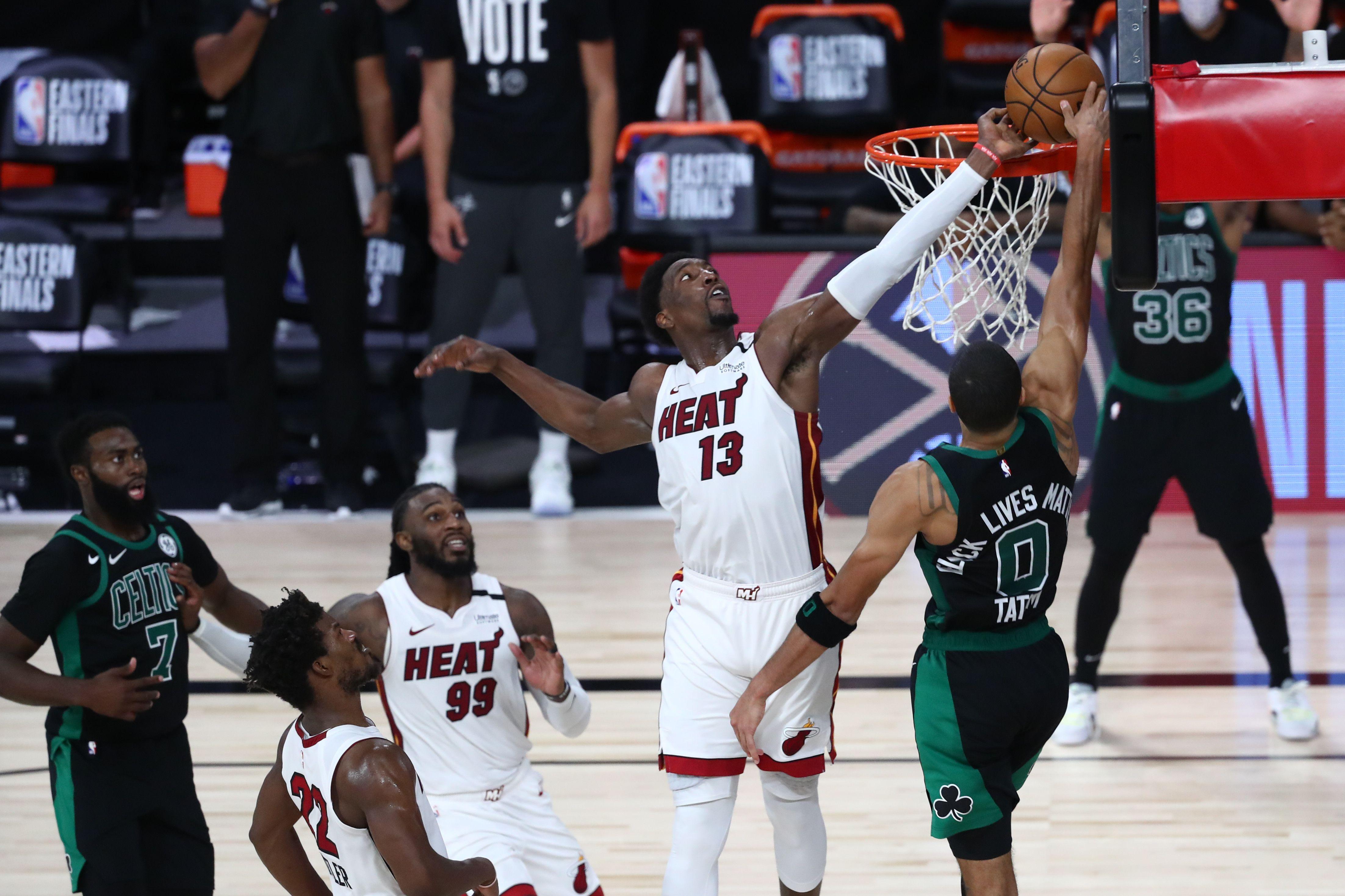 La espectacular tapa de Bam Adebayo sobre el final del suplementario que le permitió a Miami Heat ponerse 1-0 ante Boston Celtics en la final de la Conferencia Este de la NBA (Mandatory Credit: Kim Klement-USA TODAY Sports)