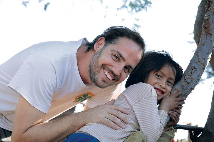 9a36f5d8c Diego Bustamante con una niña de la comunidad originaria wichi La Corzuela