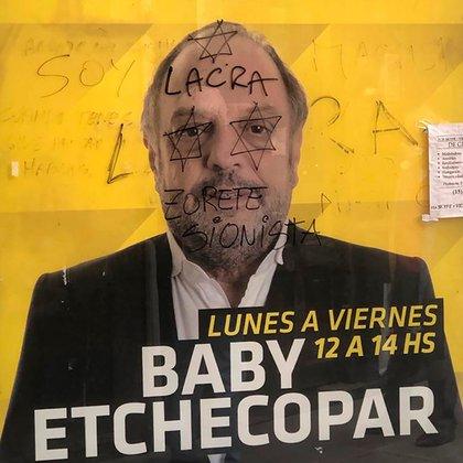 Las pintadas antisemitas en el afiche con la foto de Baby Etchecopar