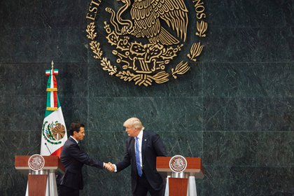 La invitación de EPN a Trump en Los Pinos mientras era candidato presidencial también fue duramente criticada (Foto: Especial)