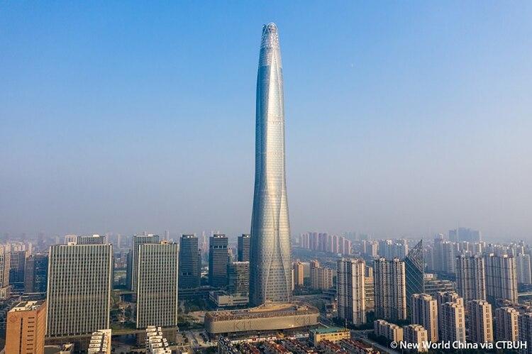 La piel de vidrio ligeramente curva oculta ocho columnas inclinadas que se encuentras detrás de las curvas principales de la elevación del Tianjin CTF Finance Centre