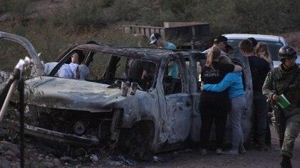 BAVISPE, SONORA, 05NOVIEMBRE2019.- Miembros del ejército y parientes de la familia LeBarón, permanecen en el sitio donde el día de ayer fueron atacados miembros de esta familia. En el lugar aún se observan los automóviles calcinados y los restos de las víctimas. FOTO: NACHO RUIZ /CUARTOSCURO