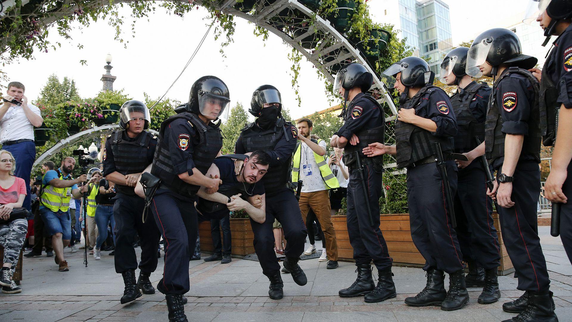 La policía reprime a protestantes durante una marcha no autorizada, demandando la independencia y el permiso de candidatos opositores a postularse (AFP)