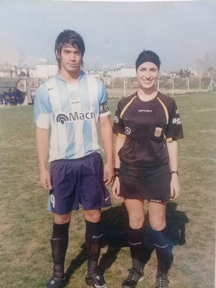 Brian, en tiempos de las inferiores de Racing, junto a la jueza Salomé Di Iorio.
