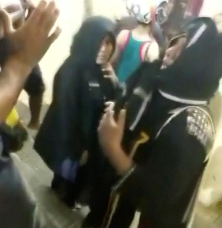 Las mujeres, en su ingreso al templo (Reuters)