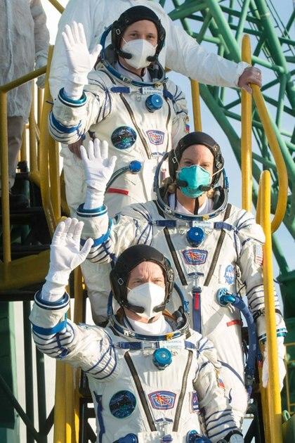Rubins, Ryzhikov y Kud-Sverchkov antes del despegue (Andrey Shelepin/GCTC/ Roscosmos/Handout via REUTERS)