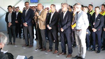 El ministro de transporte encabezó la conferencia acompañado de empleados del aeropuerto, funcionarios y directivos de las empresas aéreas
