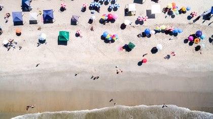 Está prohibido el uso del drone sobre aglomeraciones de personas como las playas o los recitales, y en zonas densamente pobladas, excepto que se consiga una autorización oficial (Getty)