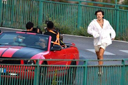 """Harry Styles grabó un nuevo video musical de su próximo sencillo """"Golden"""" en la Costa Amalfitana, en Italia. Con una camisa blanca, el ex One Direction fue visto corriendo por las calles mientras un equipo de cámaras filmaba la agitada escena que parecía ser bastante dramática (Foto: Backgrid UK / The Grosby Group)"""