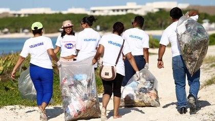 Varias ONGs se ocupan de limpiar las playas, además de los gobiernos municipales
