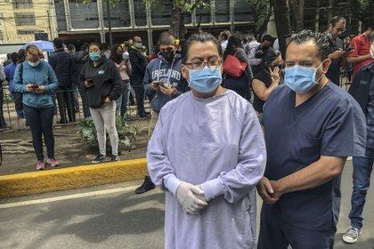 Centro Médico Nacional 20 de Noviembre en la Colonia del Valle Sur tuvo que desalojar a algunos enfermeros y pacientes Foto: Claudio Cruz / AFP)