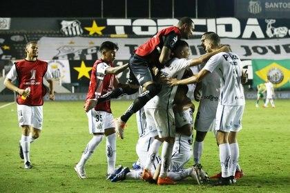 Santos le ganó a Defensa y Justicia con un gol en el final del partido y lo eliminó de la Libertadores (REUTERS/Alexandre Schneider)